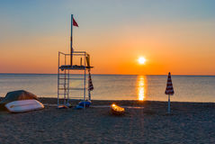 Van de het strandzonsondergang van de badmeestertoren de boot van de de zonsopgangparasol Stock Afbeeldingen