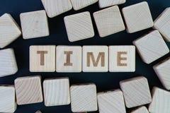 Van de van het van de tijdbeheer, uiterste termijn, programma en herinnering het concept, blijft kubus achter de houten blokken m stock afbeeldingen
