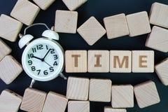 Van de van het van de tijdbeheer, uiterste termijn, programma en herinnering het concept, blijft kubus achter de houten blokken m stock foto's
