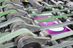 Van de het tijdschriftlijn van de drukinstallatie het bindende proces, convayer riem Stock Afbeelding