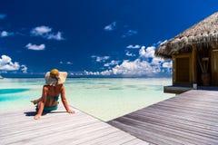 Van de het toerismevakantie van het de zomerstrand van de de achtergrond vakantiereis concept Het ontspannende romantische paar v stock foto's