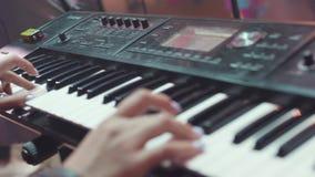 Van de het toetsenbordsynthesizer van MIDI de pianosleutels voorraad Vrouw die de synthesizer spelen Een achtergrond van het muzi stock footage