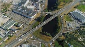 Van de het verkeersbrug van wegauto's de hommel timelapse viaduct in de stadsminiatuur van Riga in motie stock footage