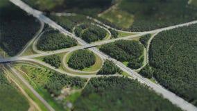 Van de het verkeersbrug van wegauto's van de de hommeltijd de tijdspanneviaduct in de miniatuur van Letland in motie stock video
