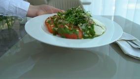 Van de het voedselkelner van de restaurantdienst het dienende diner stock footage