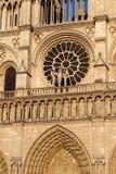 Van de het westenvoorgevel van Notredame cathedral de Dag des oordeels centraal portaal van Onze Dame van Parijs, Frankrijk royalty-vrije stock fotografie