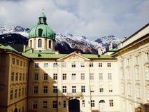 Van de Hofburgpaleis en sneeuw bergen Stock Afbeeldingen