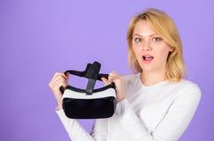 Van de hoofdtelefoonglazen van de vrouwengreep vr de violette achtergrond Digitaal apparaat en moderne kansen De moderne technolo stock foto's