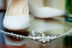 Van de huwelijks zilveren juwelen en bruid schoenen Stock Afbeelding