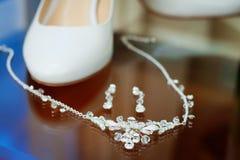 Van de huwelijks zilveren juwelen en bruid schoenen Stock Afbeeldingen
