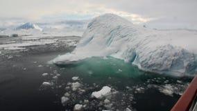 Van de ijsbeweging en sneeuw ijsberg en gletsjermening van schip in oceaan van Antarctica stock video