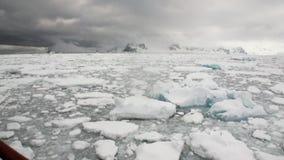 Van de ijsbeweging en sneeuw ijsberg en gletsjermening van schip in oceaan van Antarctica stock footage