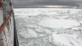 Van de ijsbeweging en sneeuw ijsberg en gletsjermening van schip in oceaan van Antarctica stock videobeelden