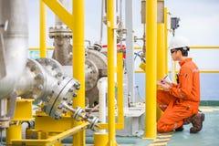 Van de de inspectie ruwe olie van de mechanische ingenieursinspecteur pomp centrifugaaltype bij zeeolie en gas centraal verwerkin stock fotografie
