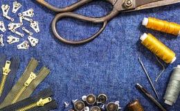 Van de jeanskleren van het achtergrond naaiende materiaalthema oude de stijllijst Royalty-vrije Stock Foto's