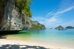 Van de kalksteeneiland en baai mening in zonnige blauwe hemeldag Royalty-vrije Stock Fotografie