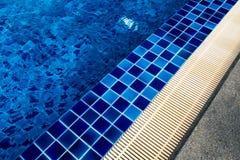 Van de keramische tegelbevloering en drainage goten naast de pool royalty-vrije stock afbeelding
