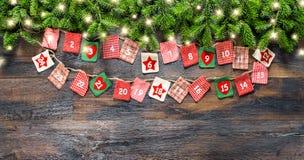 Van de Kerstboomtakken van de komstkalender de lichte slinger royalty-vrije stock fotografie