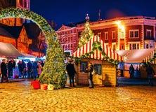 Van de Kerstmismarkt van de mensennacht van de Koepel Vierkante Kerstmis de boomboxen Riga stock afbeeldingen