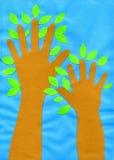 Van de Kinderen` s handen van de kinderen` s toepassing ` de bomen` document, karton Royalty-vrije Stock Afbeelding