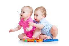 Van de kinderenmeisje en jongen spel muzikaal speelgoed royalty-vrije stock afbeeldingen