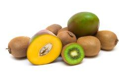 Van de kiwifruit en mango close-up op witte achtergrond Royalty-vrije Stock Afbeeldingen