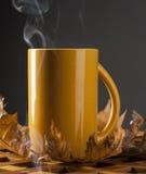 Van de koffiekop en herfst bladeren op een houten lijst Stock Afbeelding