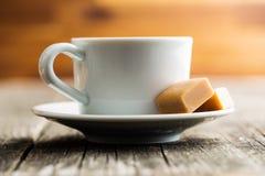 Van de koffiekop en karamel suikergoed stock foto