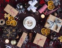 Van de de koffiekop van de Kerstmisvakantie het vakje van de de drankgift op verfraaide feestelijke lijst met het rietkaars van h Royalty-vrije Stock Afbeeldingen