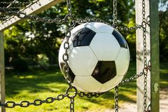 Van de de kooivoetbal van de voetbal zwart-witte bal het gras groene openlucht royalty-vrije stock afbeelding