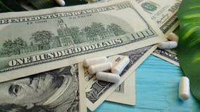Van de de kostentherapie van dollarscapsules het geneeskrachtige medicijn van het de handelsinvesteringenconcept, het slow-motion stock videobeelden