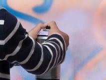 Van de de kunstenaarshand van de muurschilderingkunst jonge de verfnevel Stock Foto's