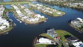 Van de de Kustboot van kanaalpartijen het Gouden Landgoed van RiverLinks naast Coomera-het Eiland van de Rivierhoop, stock video