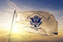 Van de de Kustwachtvlag van Verenigde Staten textiel de doekstof die op de hoogste mist van de zonsopgangmist golven royalty-vrije stock fotografie