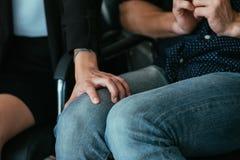 Van de de kwellingsvrouw van de werkgeverswerknemer de handman knie stock foto