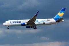 Van de livreiboeing 767-300 van condorluchtvaartlijnen speciaal de passagiersvliegtuig die D-ABUZ bij de Luchthaven van Frankfurt royalty-vrije stock foto