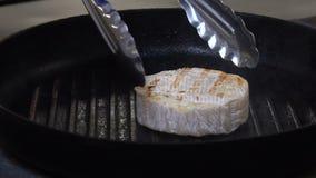 Van de de maaltijd kokende chef-kok van het voedselrestaurant de kaastang stock videobeelden