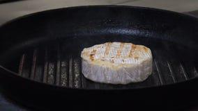 Van de de maaltijd kokende chef-kok van het voedselrestaurant de kaastang stock video