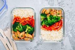 Van de de maaltijd prep lunch van kippenteriyaki de dooscontainers met broccoli, rijst en wortelen royalty-vrije stock foto's