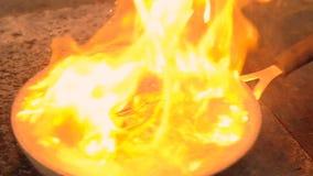 Van de de maaltijdchef-kok van het zeevruchtenrestaurant de flambering garnalen stock footage