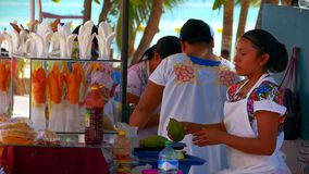 Van de mangofruit en Kokosnoot Straatventers in Playa del Carmen, Mexico stock video