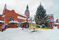 Van de de marktkoepel van mensenkerstmis van de Kerstmisboom Vierkante de boxensneeuw Riga stock foto's