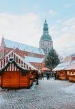 Van de de marktkoepel van mensenkerstmis van de Kerstmisboom de Vierkante sneeuw Riga royalty-vrije stock fotografie