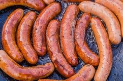 Van de de Marktverkoper van het straatvoedsel de Kokende en Verkopende Worsten Smakelijke Worsten op Groot Commercieel Rooster Ho stock afbeelding