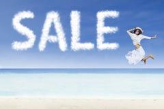 Van de meisjes het springen en verkoop wolk op wit zandstrand royalty-vrije stock fotografie