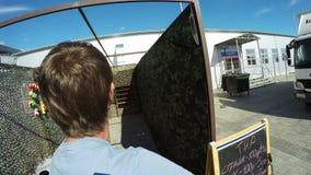 Van de de Meningsmens van het close-upachtereind de Spruitendoelstellingen met Pneumatisch Kanon stock footage