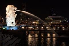 Van de Merlionstandbeeld en Promenade theaters bij nacht, Singapore Stock Foto's