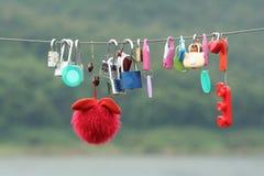 Van de minnaarssloten en pop het hangen op de nieuwe brug royalty-vrije stock afbeeldingen