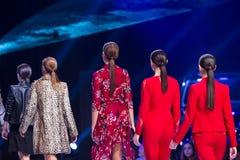 Van de modellenruggen van Sofia Fashion Week de vrouwelijke rode kostuums Royalty-vrije Stock Afbeeldingen