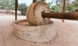Van de molenWith van de steentarwe de houten die polen, voor het malen in oudheid worden gebruikt royalty-vrije stock foto's